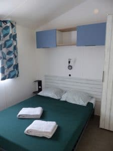 Lou Broustaricq : vue d'une chambre de mobil home Landes au camping Lou Broustaricq