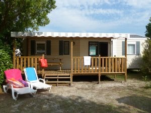 Vue de la terrasse d'une location de mobil home dans les Landes au camping Lou Broustaricq